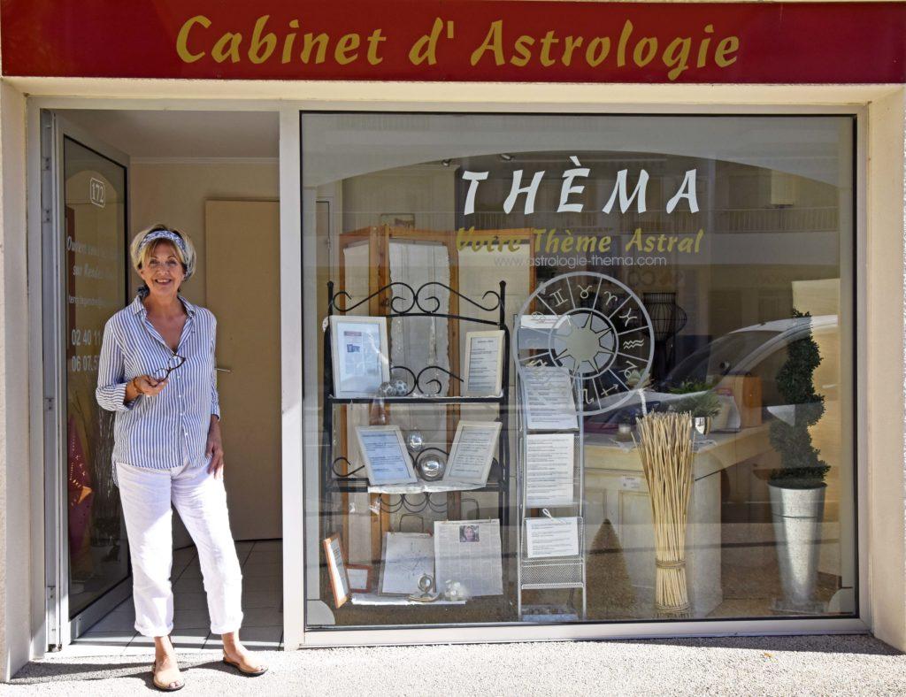 Photo de Thérèse Legendre devant le cabinet d'astrologie